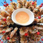 Bouquet de crevettes aux 3 sésames. Sauce cocktail épicée.