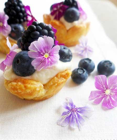 Tartelettes feuilletées en forme de fleurs, par Cuisine-at-home, Traiteur Yvelines Traiteur Saint-Germain-en-Laye